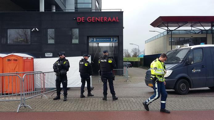 Politiemensen van de dienst Bewaken en Beveiligen bewaken het drugslab aan de Citadel in Veenendaal.