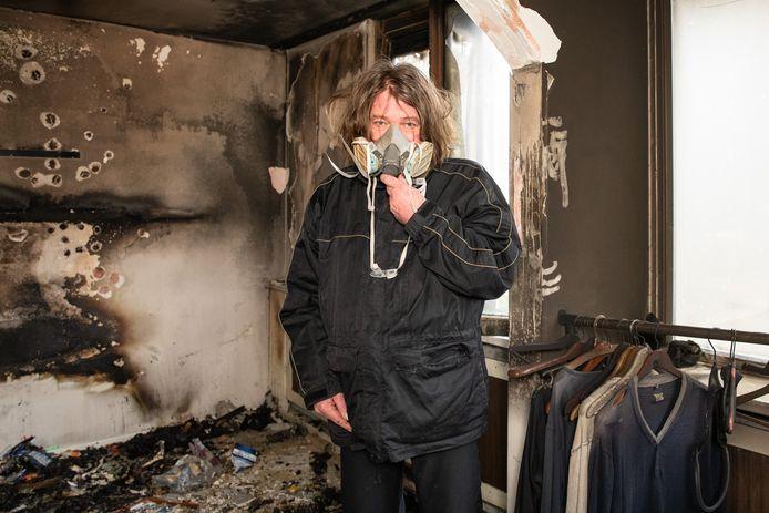 Met een oud asbestmasker op probeerde Albert nog tevergeefs  naar binnen te gaan om de brand te blussen. De eerste verdieping van de gezinswoning is verwoest.