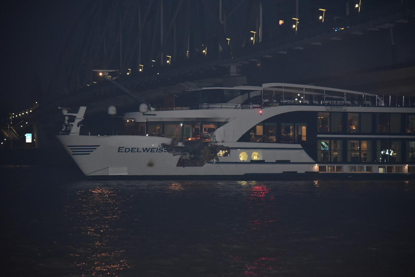 Er zit een gat in de romp van het passagiersschip na de botsing op de Waal bij Nijmegen.