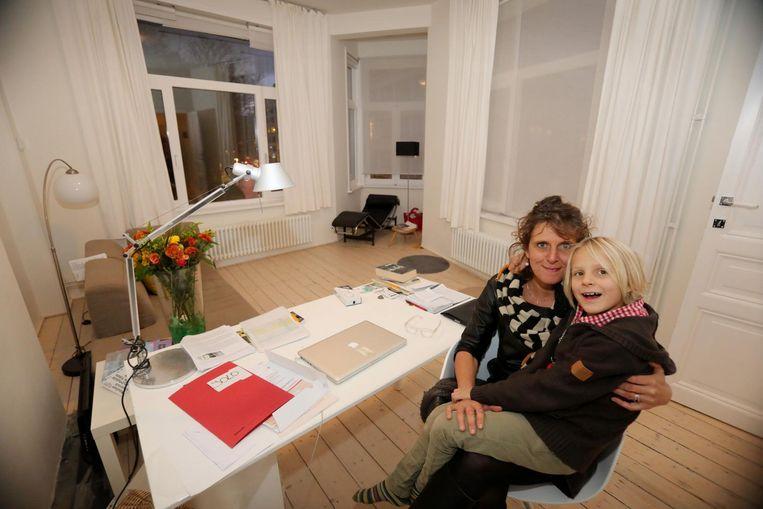 Sofie Vandamme woont in het pand in de Euphrosina Beernaertstraat met haar zoon Yann (7). Inzet: de gevel van het torenhuisje.