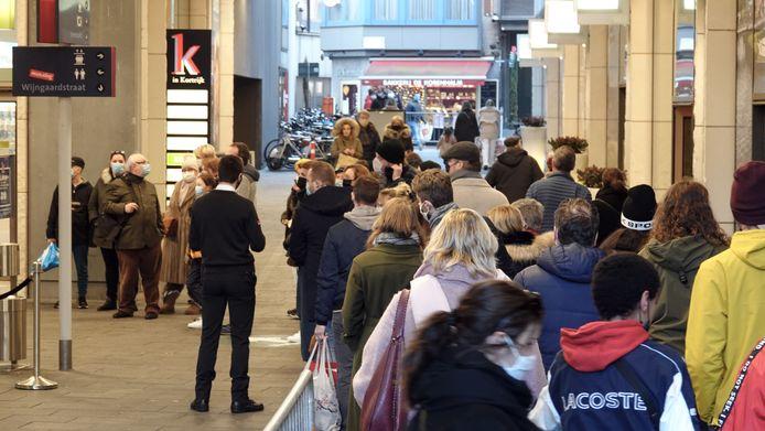 Aanschuiven aan winkelcentrum K in Kortrijk.