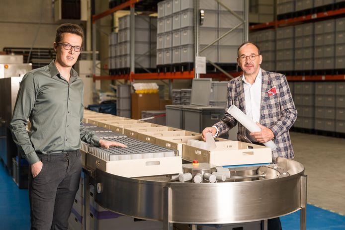 Sander Van Waes en Rudi De Kerpel in hun magazijn in Deinze, waar alle SmartCups worden afgewassen.