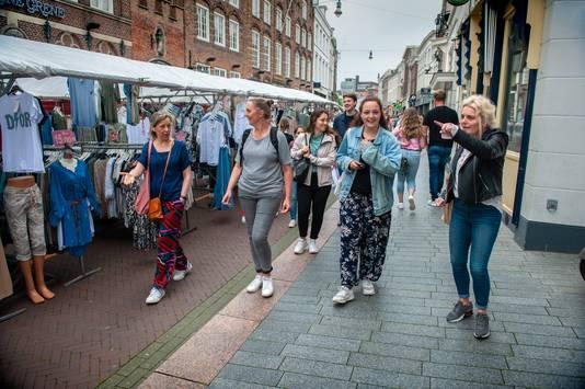 Den Bosch. Deelnemers aan de Zero Waste Wandeltour in de binnenstad van 's-Hertogenbosch, rechts initiatiefneemster Caroline Holleufer