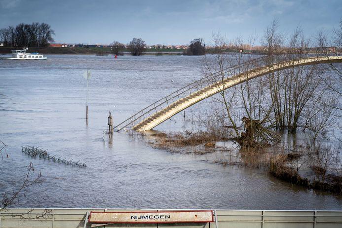 Archieffoto: Hoog water in de Waal bij de toegangsbrug tot de Ooijpolder.