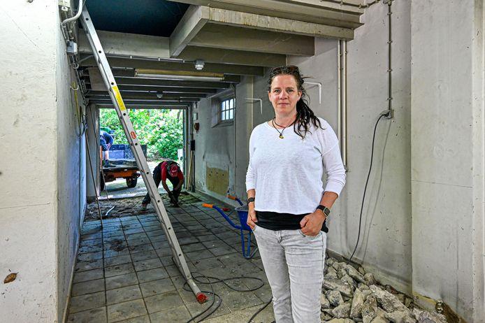 Lia Donkers in de oude brandweerkazerne op landgoed Vrederust. Hier wordt geklust aan de toekomstige werkruimte voor (licht)dementerenden. Ze kunnen er onder meer beeldhouwen.