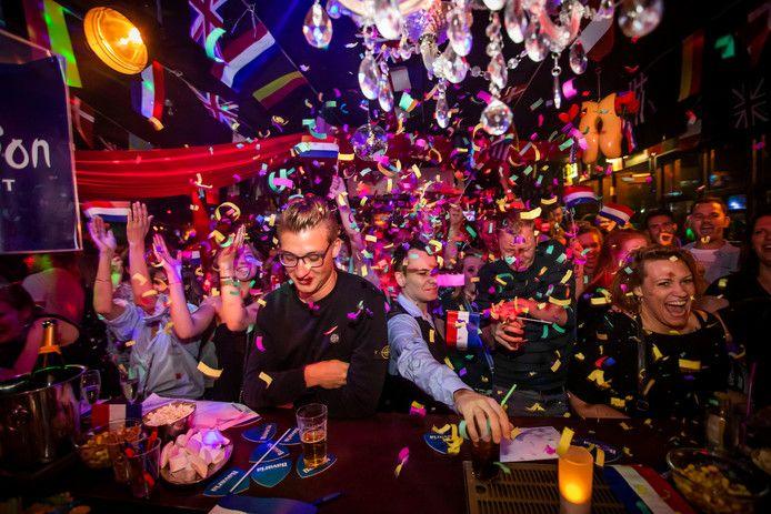 Songfestival feest in de Eindhovense vestiging van gaybar De Regenboog.