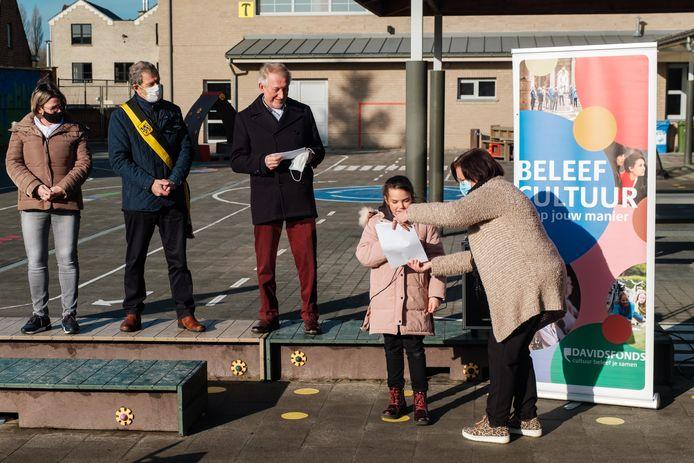 Uitreiking gedichtenwedstrijd op basisschool Klaproos in Zandhoven: Ainhoa leest haar gedicht voor.