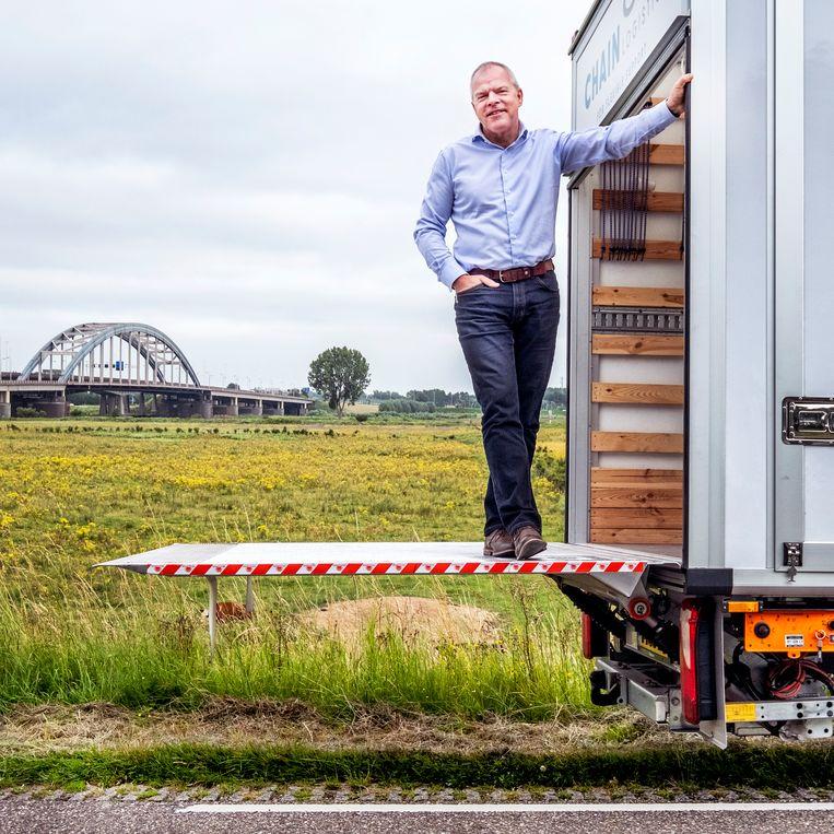 Rob Jansen, directeur van Chain Logistics, langs de A2 bij Vianen. Beeld Raymond Rutting / de Volkskrant