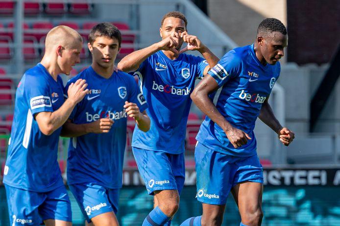 Cyriel Dessers viert zijn winnende goal met een hartje.