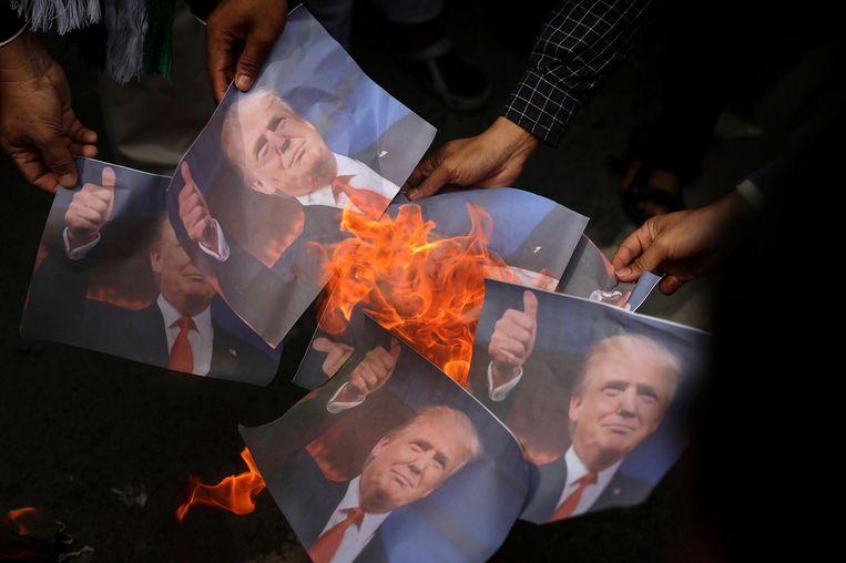 Moslims verbranden een foto van Donald Trump uit onvrede met zijn beslissing van eerder deze week om Jeruzalem te erkennen als hoofdstad van Israël. Beeld AP