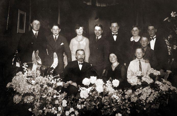 De betovergrootouders van Rachel van der Velde. Met hun zeven zonen en twee dochters.