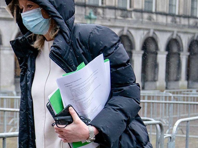 Kajsa Ollongren verlaat de Stadhouderskamer en toont daarmee per ongeluk haar geheime aantekeningen.  Beeld EPA