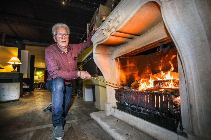 Rob Houweling bij een imposante open haard: ,,In iedere goede haardenbouwer moet iets van een pyromaan zitten.''
