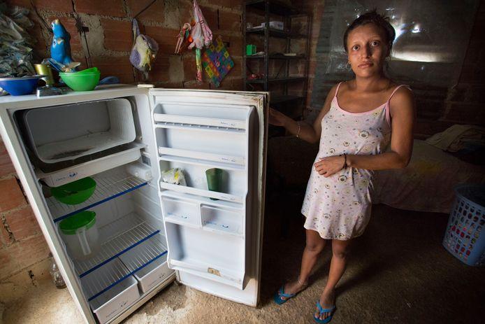 Imberlin is 23 jaar en zwanger van de tweede. Haar dochtertje is twee jaar. Zij zegt het te redden dankzij hulp van familie en vrienden. Ze is verbaasd als we vragen of we in haar koelkast mogen kijken, want daar zit toch niets in.