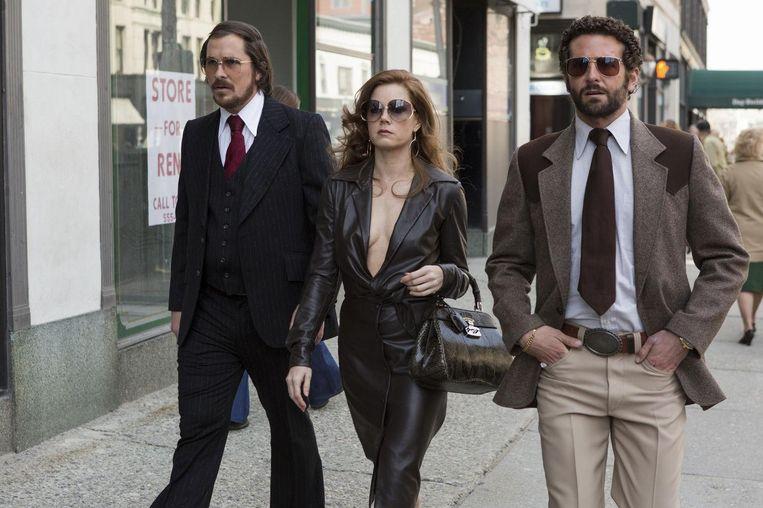 Van links naar rechts: Christian Bale, Amy Adams en Bradley Cooper in American Hustle. Beeld