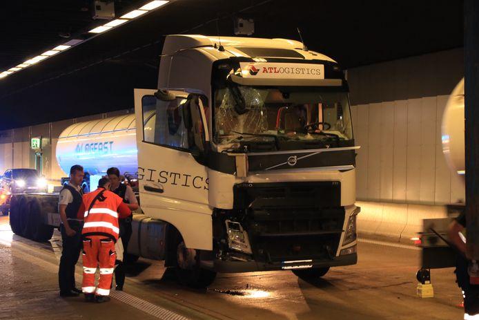 Donderdagochtend kwamen vier vrachtwagens met elkaar in aanrijding aan het einde van de tunnel richting Stabroek.