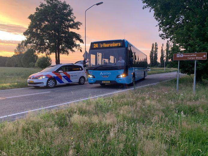 De politie bij bus 24 tussen Doetinchem en 's-Heerenberg, op de Doetinchemseweg net buiten Doetinchem.