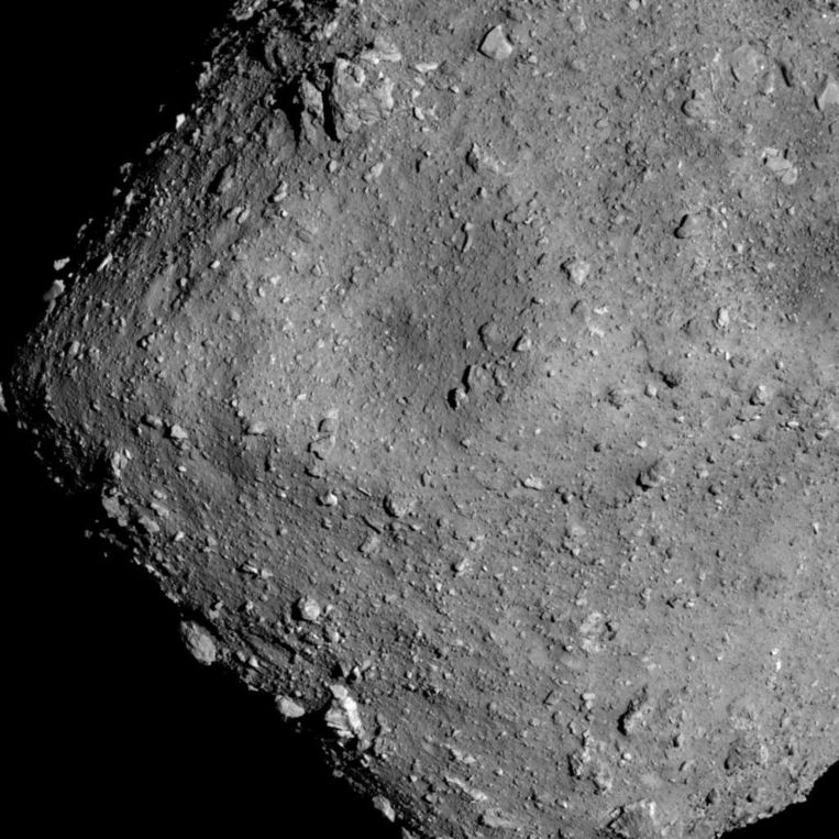 Planetoïde Ryugu, gefotografeerd door de Japanse sonde Hayabusa 2 op een hoogte van zes kilometer Beeld JAXA, University of Tokyo, Kochi University, Rikkyo University, Nagoya University, Chiba Institute of Technology, Meiji University, University of Aizu, AIST.