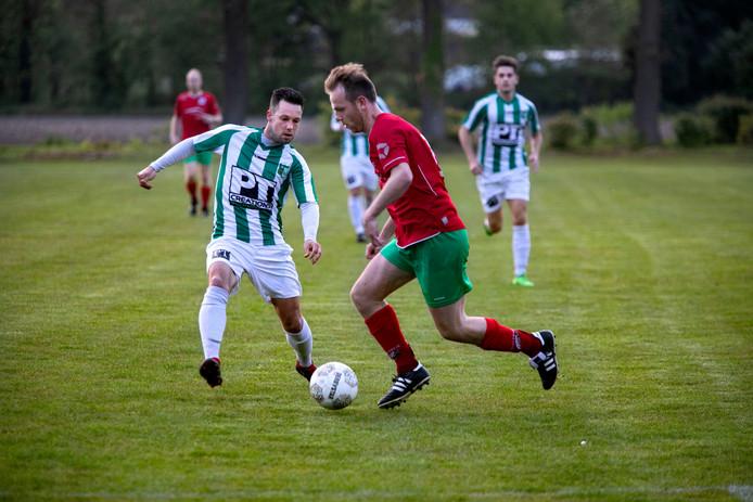 Heeze - Achiles Veen bekervoetbal met rechts Jeroen van Seggelen van Heeze.