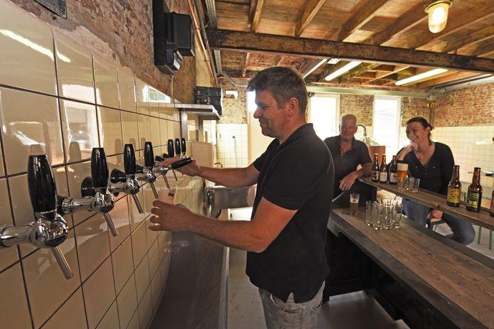 Evert-Jan Nijveldt test de tap voor het proeflokaal annex brouwerij morgen opengaat.