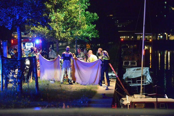 Een man is gisteravond uit de Laakhaven in Den Haag gered.