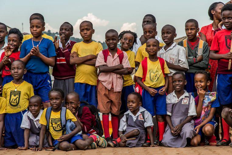 Kinderen kijken naar het circus Hiccup in Oeganda.  Beeld Foto Frédéric Noy