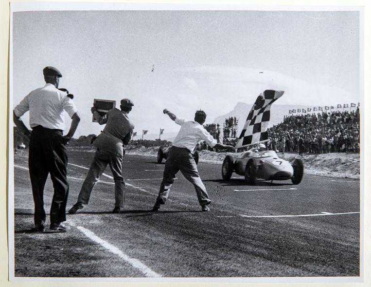 Stirling Moss wint Cape GP in 1960 in Kaapstad. De race telde niet mee voor het F1-kampioenschap. Vijftig jaar geleden werden vaker dit soort races gereden. Beeld Klaas Jan van der Weij