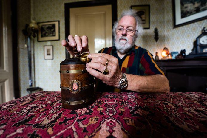 """Ludo Rothuizen: ,,In de tabakspot zit de as van mijn vrouw Mieke. De walnoot kun je openen, en dan verschijnt er een koperen duiveltje. Het was haar lievelingssieraad."""""""