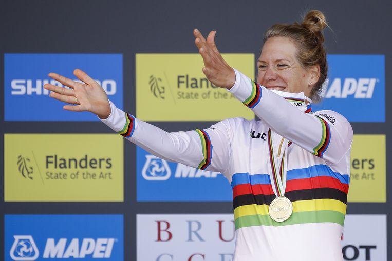 Ellen van Dijk ultiem blij met haar wereldtitel tijdrijden. Beeld EPA