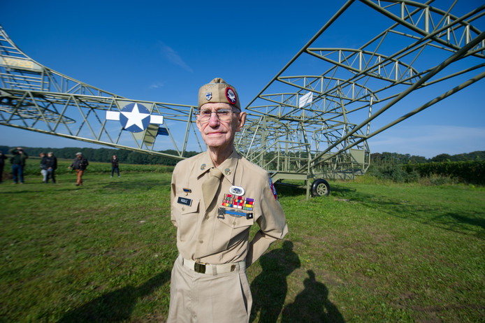 Oorlogsveteraan Clinton Riddle in 2017 bij de replica van een glider in Groesbeek. De glider-piloot woonde de herdenking van operatie Market Garden bij.