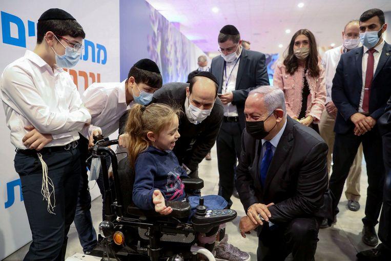 Hoogbezoek bij het vaccinatiecentrum in Jeruzalem. Beeld AFP
