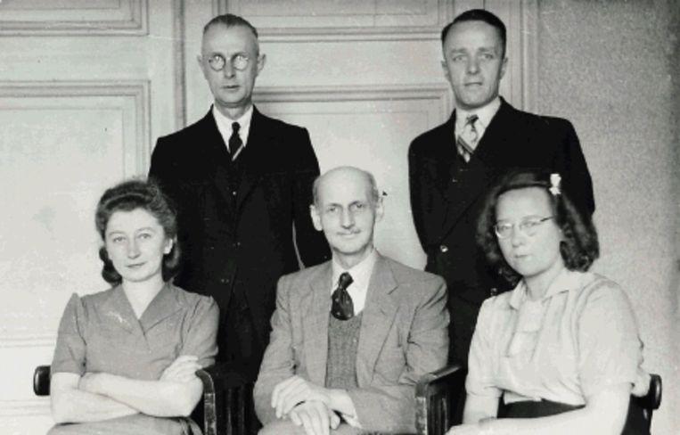 Op deze foto uit 1945 zitten op de voorste rij, van links naar rechts: Miep Gies, Otto Frank en Bep Voskuijl. Achter hen: Johannes Kleiman (links) en Victor Kugler.  Beeld Fotocollectie Anne Frank Stichting