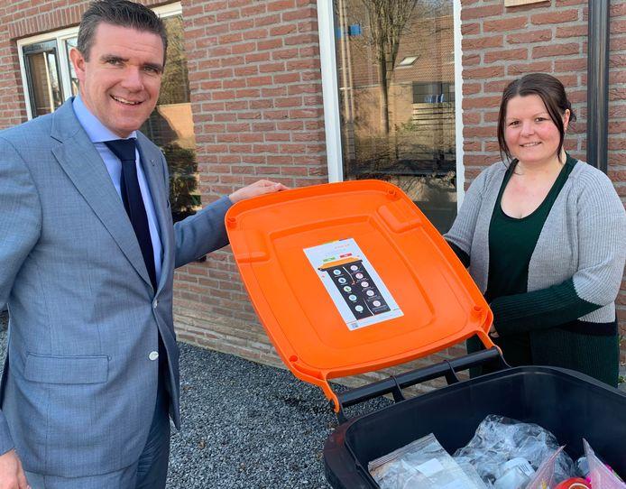 Wethouder Eugéne van Mierlo heeft de eerste sticker uitgereikt aan plaatsgenote Suzanne Schreuder-Hudepol.
