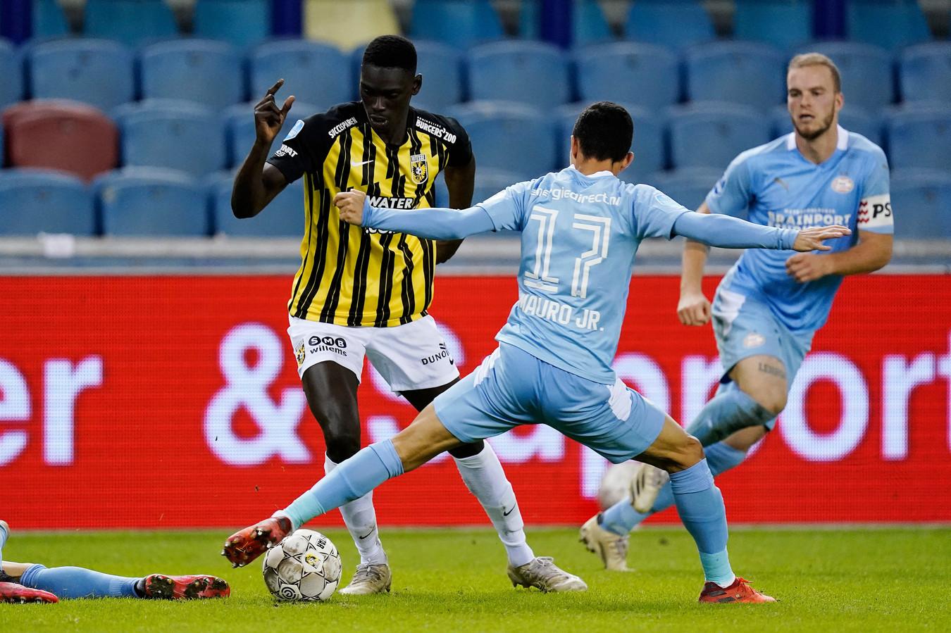 Idrissa Touré in duel met PSV'er Mauro Junior
