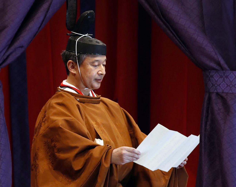 De Japanse keizer Narahito geeft een toespraak waarin hij zijn troonsbestijging verkondigt.