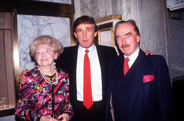 Donald Trump met zijn ouders, Mary Anne MacLeod en Fred Trump, in 1992. Beeld Alamy Stock Photo