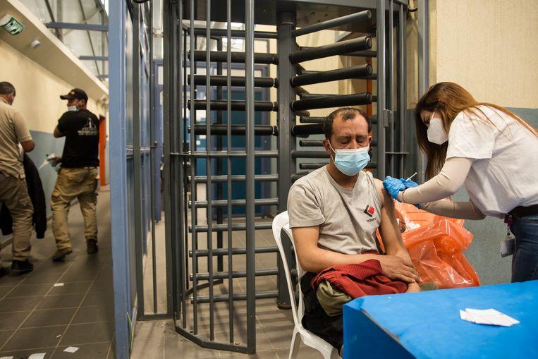 Palestijnen die in Israël werkten, zoals deze grendarbeider, krijgen een vaccin toegediend. Alle andere Palestijnen kunnen dat wel vergeten.  Beeld Getty Images