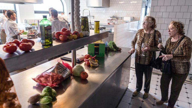 De keuken van Het Amsterdams Proeflokaal presenteerde de buurt alvast wat hapjes, op proef Beeld Rink Hof
