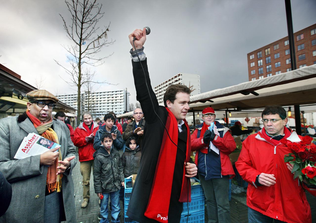 2010: als Amsterrdamse lijsttrekker van de Pvda voert Asscher campagne op de Bijlmerdreef.