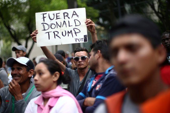 Centraal-Amerikaanse deelnemers aan de migrantenkaravaan tijdens een betoging voor de ambassade van Honduras in Mexico-City.