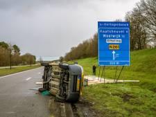 Meerdere ongelukken op Midden-Brabantweg door spekglad wegdek na flinke hagelbui