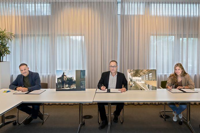 Wethouder John van den Hoven, Peter Kok (directeur Bibliotheek Midden-Brabant) en Frédérique Sanders (Sanders Retail Groep) (vlnr) ondertekenen de intentie-overeenkomst.
