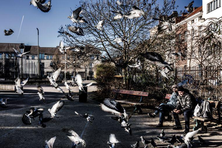 ►In Molenbeek blijkt de grootste uitdaging de band met de bevolking opbouwen. Beeld Franky Verdickt