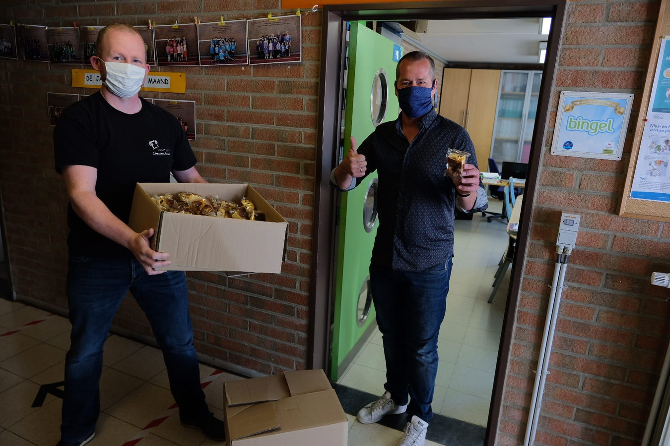 Traiteur André Claessens (links) schonk maandag tientallen gebakjes aan de Sint-Lambertusschool in Nossegem.