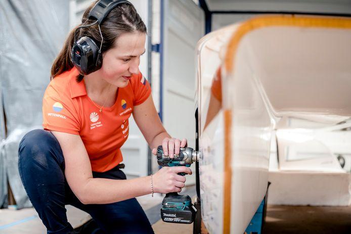 Marloes Nanninga werkt aan de zonnewagen.