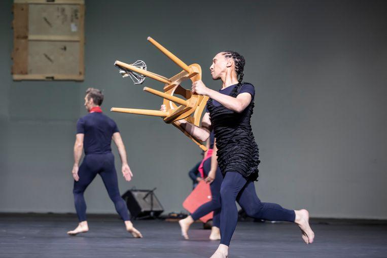 Story van Merce Cunningham door Dance On Ensemble (met Tim Persent als stoelendrager) Beeld Jubal Battisti