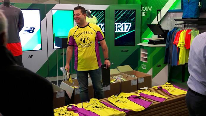 De 1.500 deelnemers aan de Luxor Marathon Run in Rotterdam konden vandaag de fameuze geel-paarse shirts uit de film ophalen.