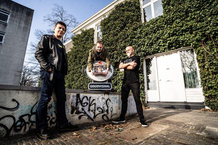 Marcel Stol (links), Jorrit Hompe (midden) en Henk Wentink presenteren de lp 'Live At Goudvishal 1984-1990 DIY OR DIE' bij Vijfzinnenstraat 103, de plek waar de Goudvishal vanaf 1989 zat.