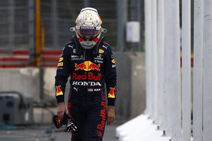 Max Verstappen druipt af nadat de achterband van zijn auto is geklapt.