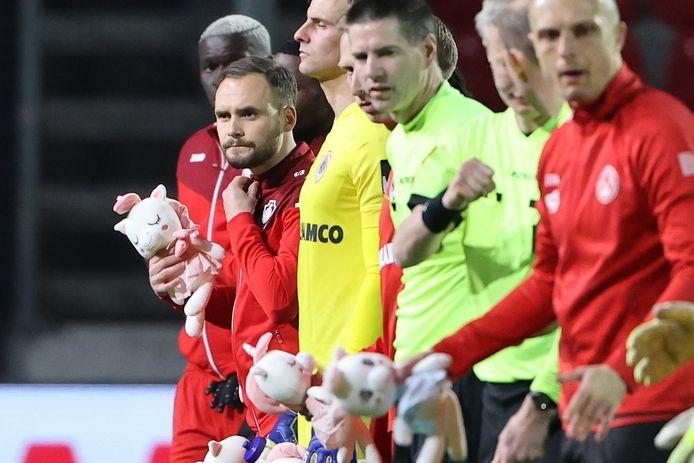 De spelers van Antwerp droegen een knuffeltje in de vorm van een eenhoorn als eerbetoon aan Loes de Laat.